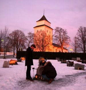 Programleder Martin Melvold (t.v.) ble med Ali (t.h.) til Jonas' grav. (Foto: Stine Holme, NRK)