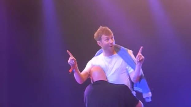 Se Damon Albarn bli båret av scenen