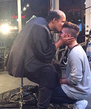 Hjertevarmt øyeblikk i studio da hemmeligheten ble avslørt. (Foto: Maria Lindberg, NRK P3)