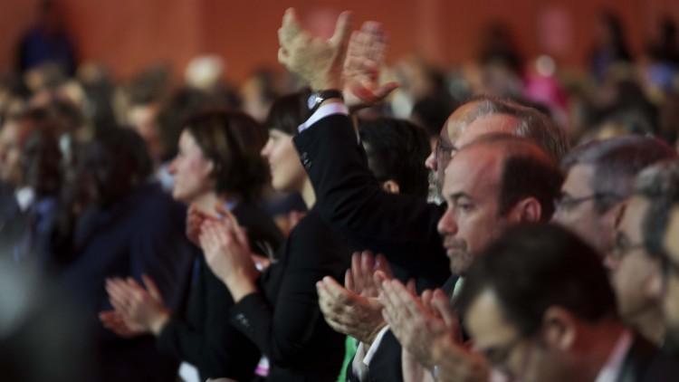 Å klappe i hendene er det enkleste som finnes, og jammen blir det en flott hyllest ut av det også! Foto: NTB Scanpix