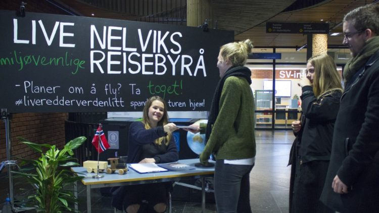 Live Nelvik prøver å få fleire til å ta toget, sidan det er meir miljøvenleg enn fly.