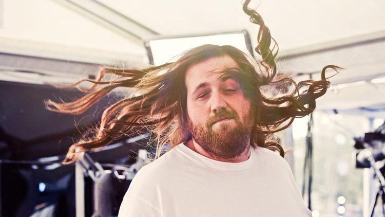 Ronny flotter seg med sitt nye hår. Foto: Rashid Akrim, NRK P3