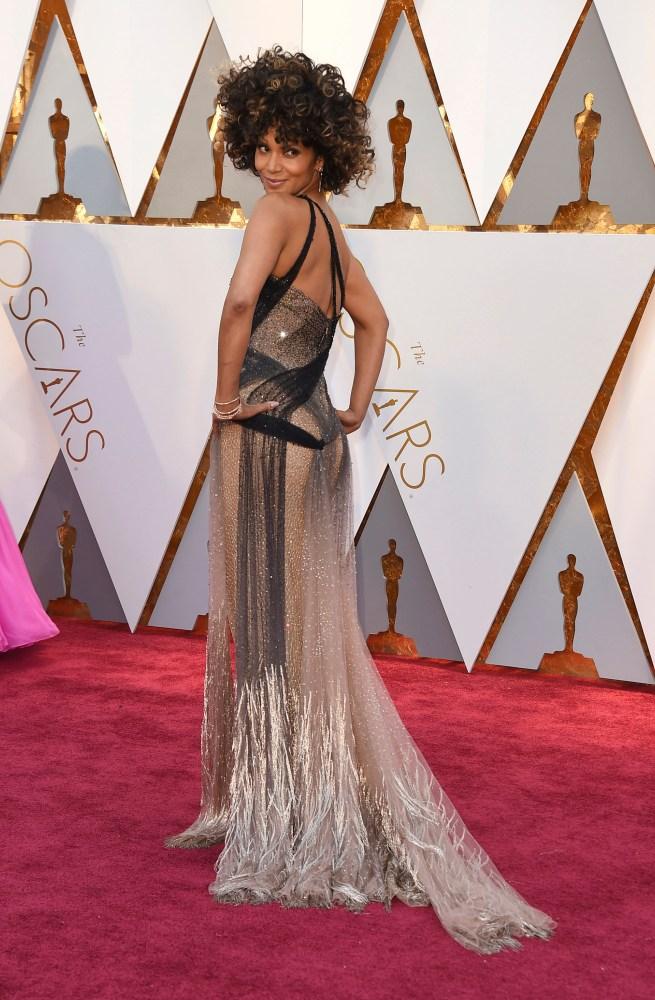 I 2002 ble Halle Berry historisk i Oscar-sammenheng da hun ble den første fargede kvinnen som vant i kategorien beste kvinnelige skuespiller for sin rolle i «Monster´s Ball». Berry var kledd i en glitrende kjole og en krone av krøller. Foto: AP/NTB Scanpix