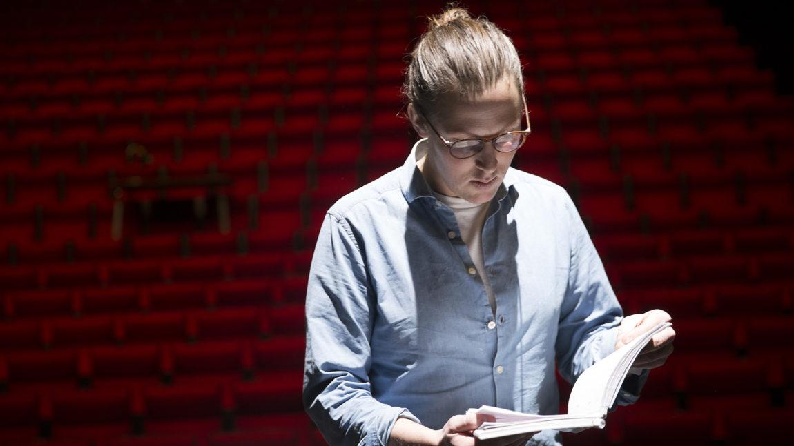 Mads Bones har regi på teatermusikalen «Robin Hood – Rai Rai i Sherwoodskogen» ved Trøndelag Teater. Han mener musikal-hatere er en myte. Foto: Kjersti Havdal