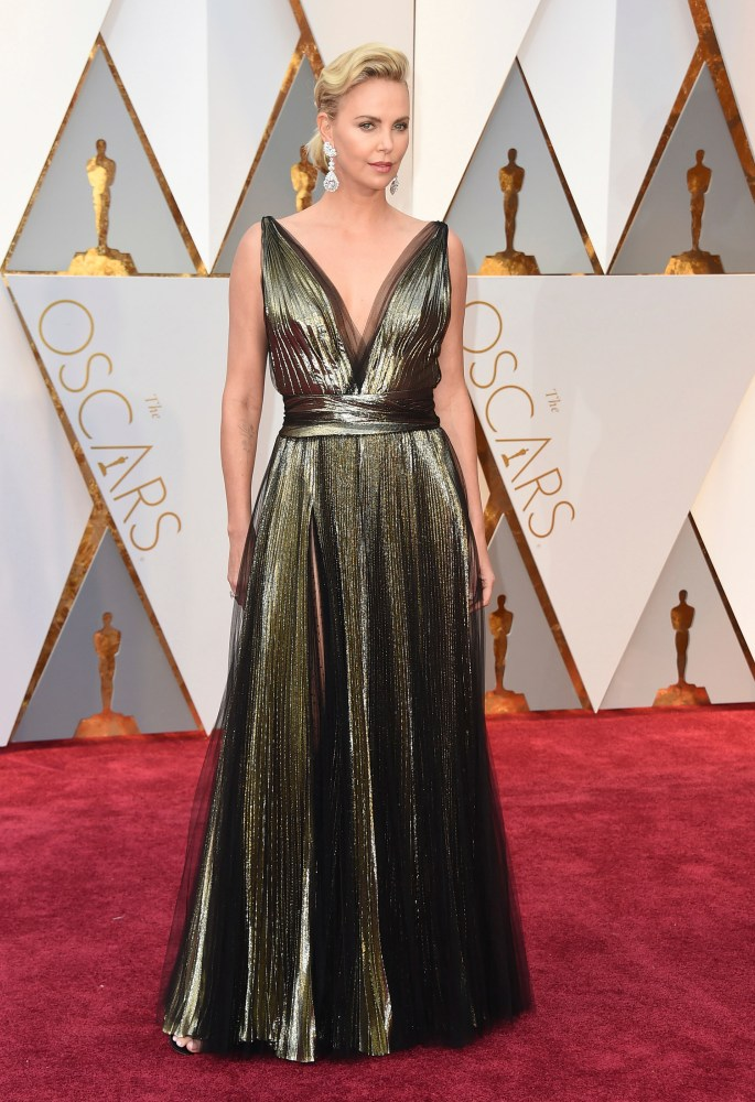 Den alltid elegante Charlize Theron i gull. Foto: AP/NTB Scanpix