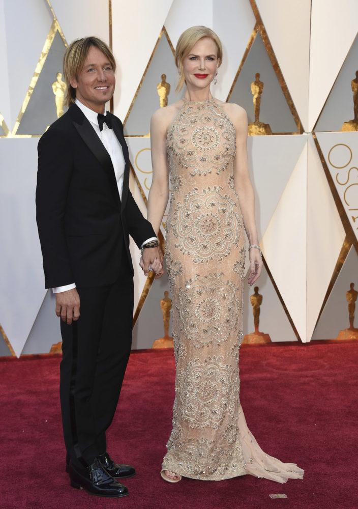 Keith Urban og Nicole Kidman på den røde løperen. Kidman, som spiller i Oscar-nominerte «Lion», var kledd i en kjole fra Armani. Foto: AP/NTB Scanpix