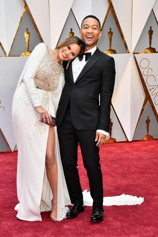 John Legend sammen med sin kone Chrissy Teigen på den røde løperen. Legend spiller i La la land, som var nominert i 14 kategorier, og artisten meddelte at han var nervøs før utdelingen. Foto: AFP