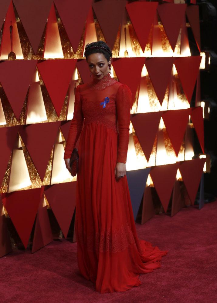 Ruth Negga var nomiert som beste kvinnelige skuespiller for «Loving».  Skuespilleren var kledd i en rød kjole fra  Valentino, laget spesielt for henne. Som flere andre hadde hun en blå sløyfe til støtte for American Civil Liberties Union. Foto: REUTERS/Mario Anzuoni