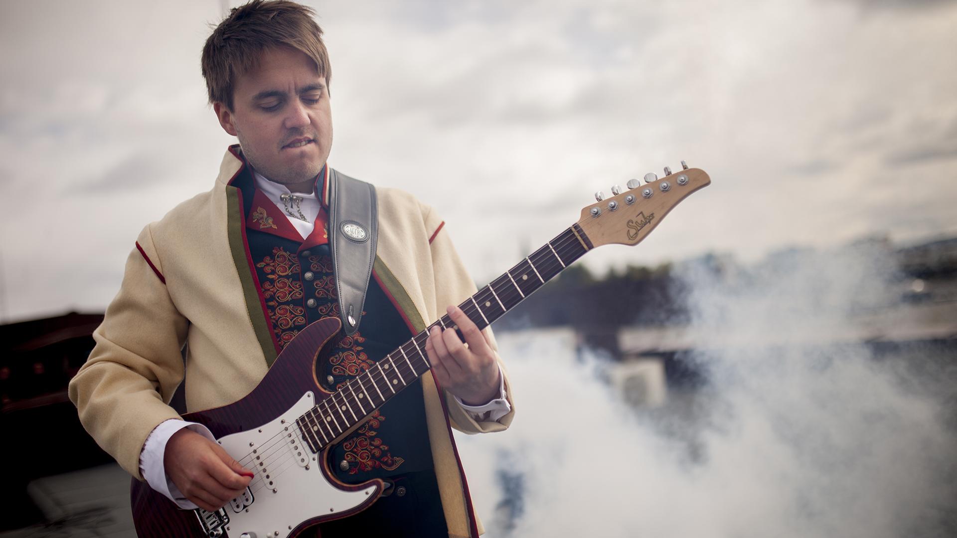 Slo til med episk gitarsolo på nasjonaldagen