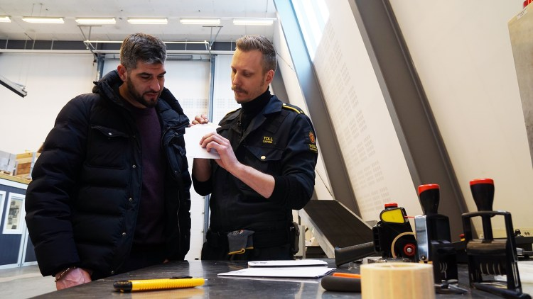 Leo Ajkic ser på et MDMA-beslag hos Tollvesenet.