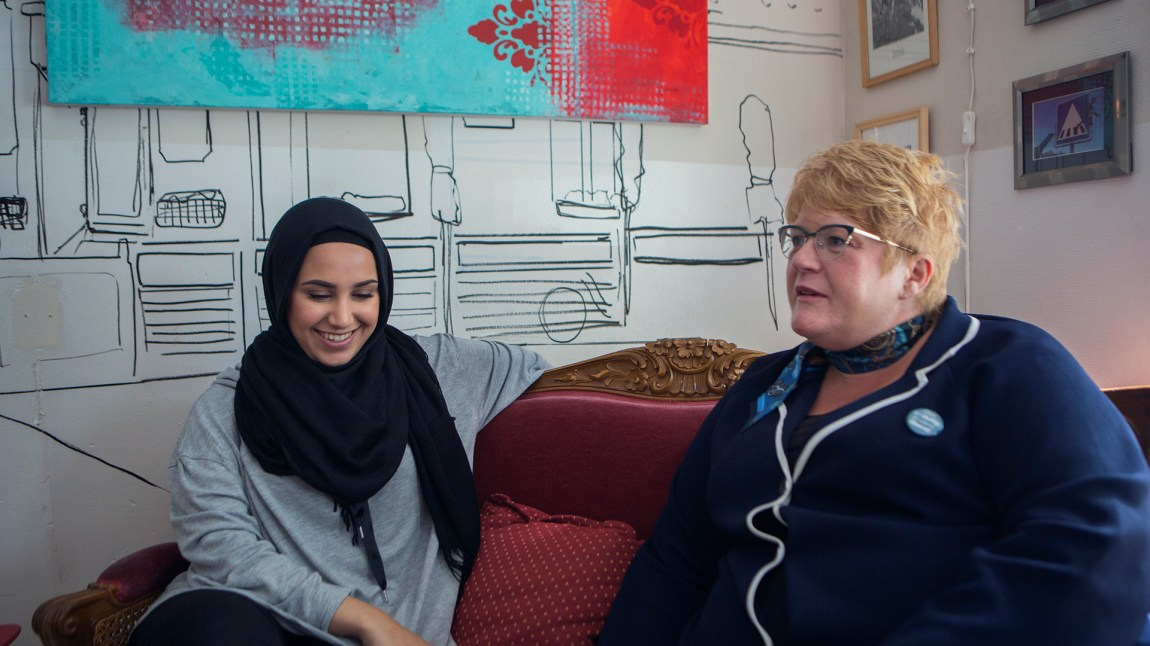 Faten og Skei Grande diskuterer viktigheten av småbedrifter i en grunderskapt cafe i Gamlebyen. FOTO: Christian Breidlid