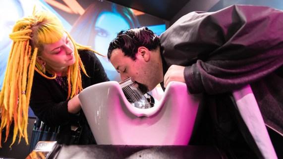 Ronny vasker hårfargen ut av skjegget. (Foto: Tom Øverlie, NRK P3).
