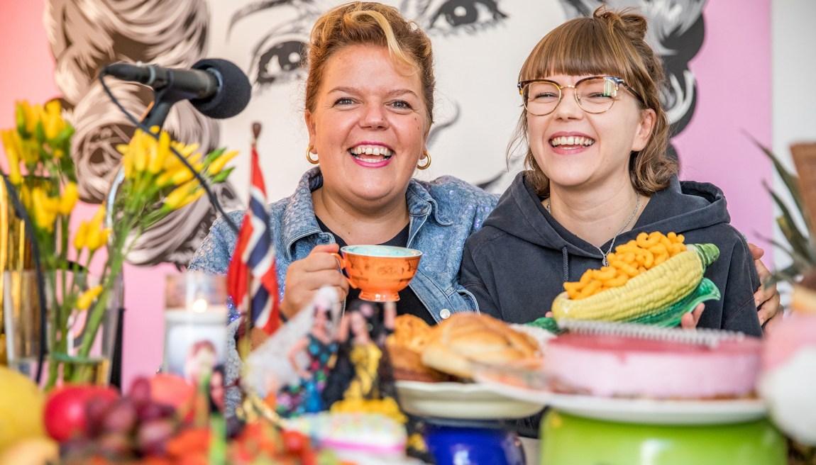 Cecilie og storesøster Else under innspilling av podkasten The Kåss Furuseths. Foto: Kim Erlandsen/NRK