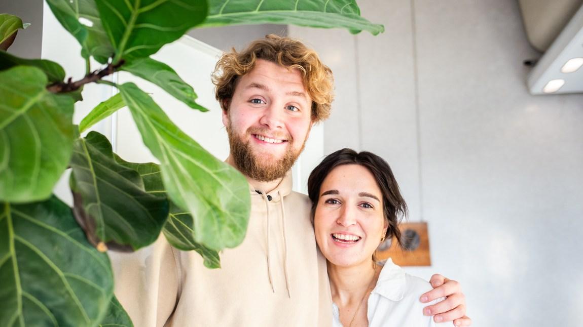 HER ER DE: Det blir Martin Lepperød og Adelina Ibishi sine stemmer P3morgen-lytterne vil våkne til fra og med på nyåret. Foto: Xueqi Pang/NRK