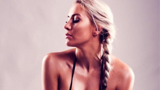 Med lokkende meldinger verver påvirkere unge jenter til å selge nakenbilder