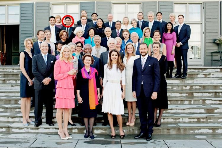 Bildet viser et stort gruppebilde, der den norske kongefamilien står lengst framme, og på bakerste rekke står Waleed Ahmed.