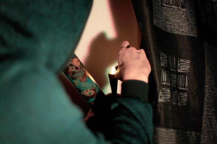 Her røyker Stian, som han blir referert til i artikkelen som, hasj fra en bong. Han er iført en grønn hettegenser. Hetta er godt plassert over hodet, og bildet er tatt bakfra. Du ser det er i ild i hasjen. Bildet er tatt når han røyker ved siden av ene vinduet i leiligheten.