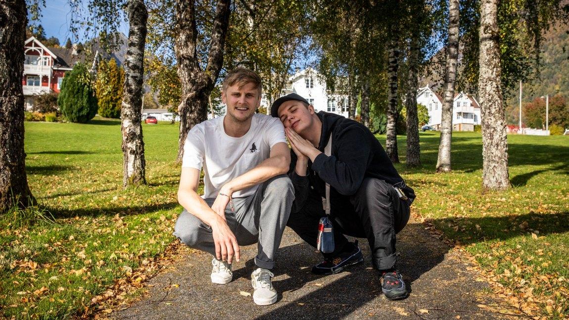 Per Áki Sigurdsson Kvikne (Kjartan Lauritzen) og broren Theodor på Balestrand. Foto: Kim Erlandsen, NRK P3