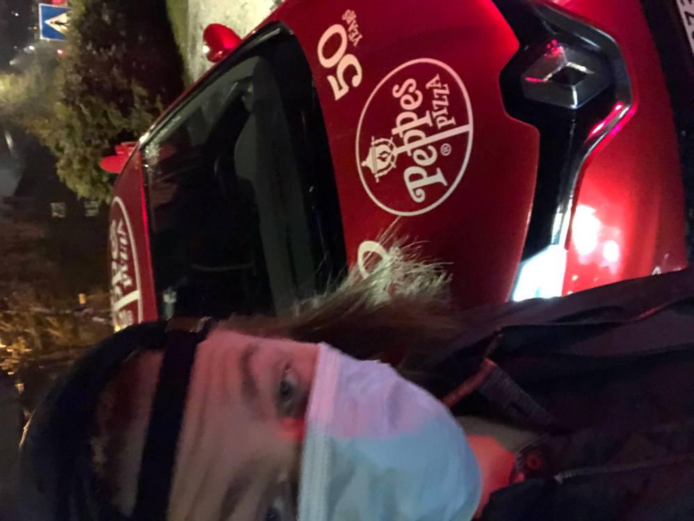 Ein litt uklar selfie av Markus som står med skuggelue og munnbind framfor ein Peppes pizza-bil.