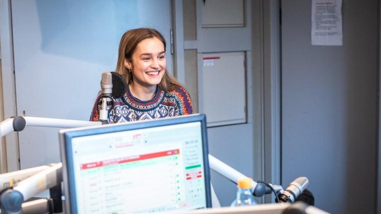 I radiostudioet til P3Morgen sitter Helene, iført en klassisk rød, hvit og blå Marius-genser, og smiler bredt.