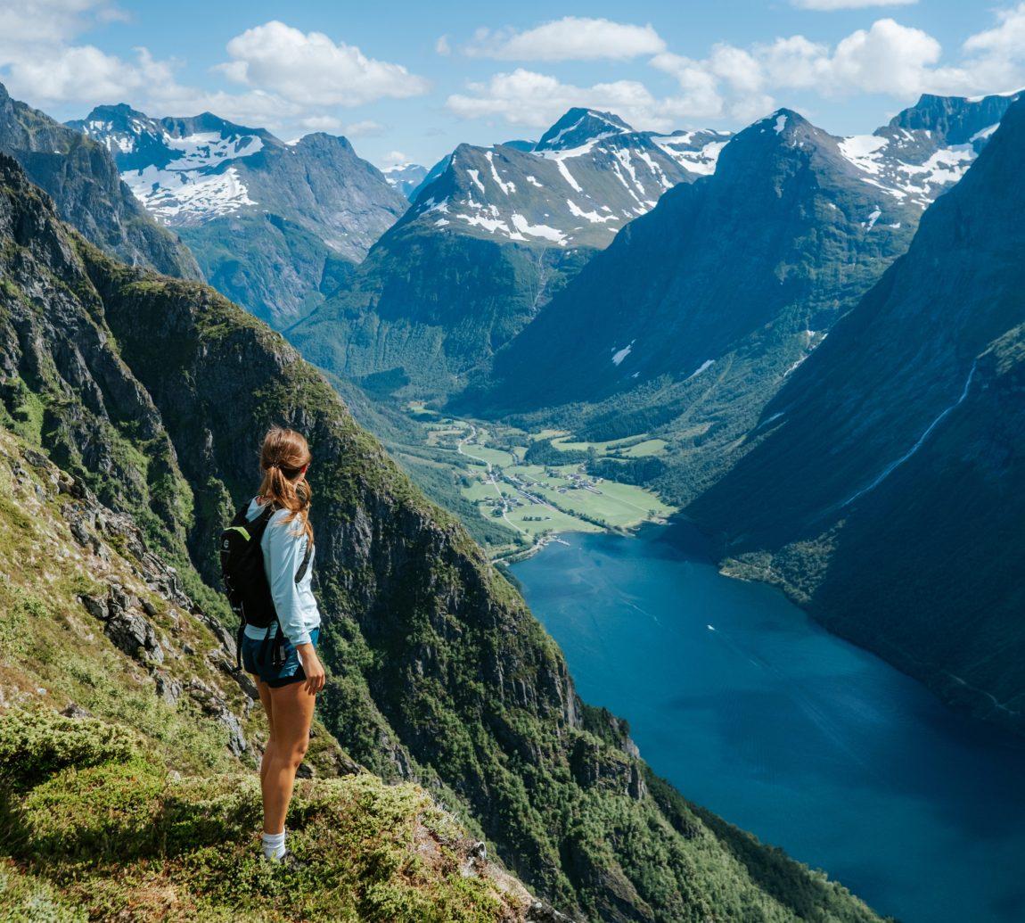 På fjellsiden av Sunnmøre, hundrevis av meter over sjøen, kikker Helene ned mot en frodig bygd, dypt inne i dalen. Med ryggsekken på, står hun rett opp og ned stirrer mot neste destinasjon.