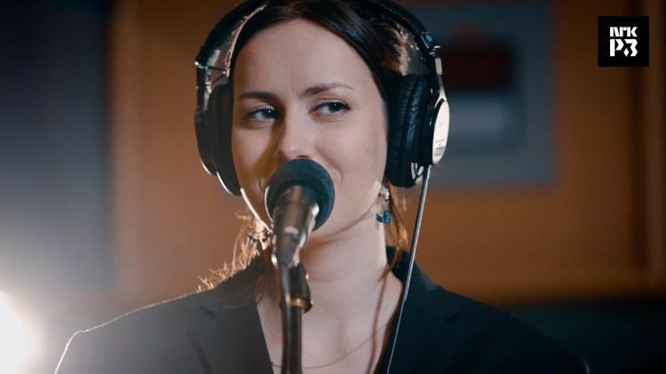 Iris sin cover av «Kiss me more» oppleves som en lang varm klem