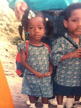 Annprincess er liten jente med fletter i håret og store strikker. Hun har en rød og blå ryggsekk på ryggen. Hun har på seg en blå kjole med detaljer på. Broren til Annprincess står ved siden av med blå skjorte og deltajer på. Begge har på skoleuniform.