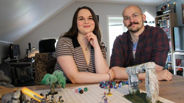 Aurora (22) og Håvar (26) har laga eigne fantasyspråk