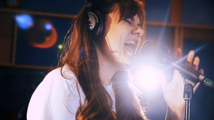 Len deg tilbake og nyt Emelie Hollows nydelige cover av «Burning bridges»