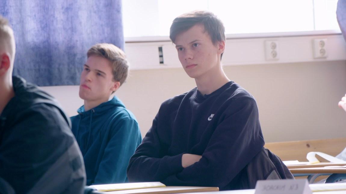 Leif-Ove kikker fremover i klasserommet, med et intenst blikk. Han er helt klart tankefull.