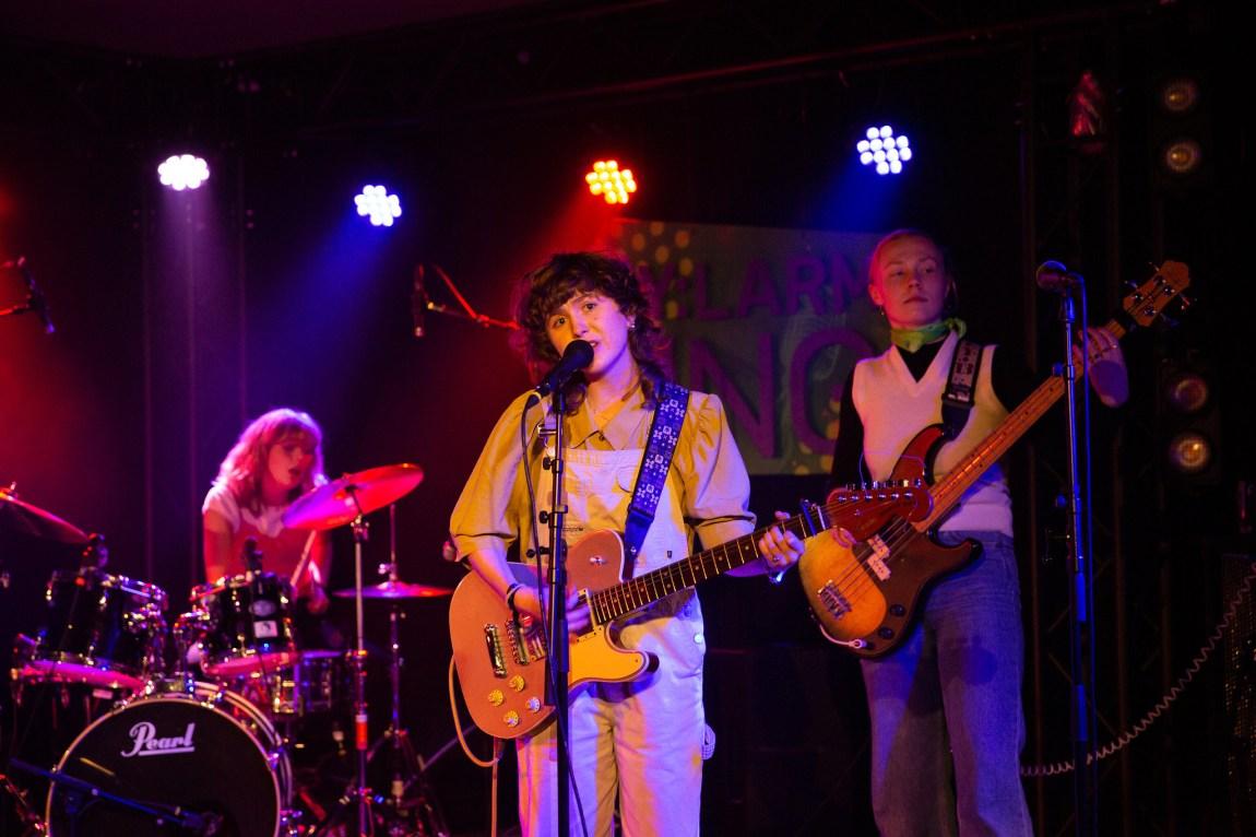 Et bilde som viser trommis, gitarist og bassist i Veps under Bylarm-konsert