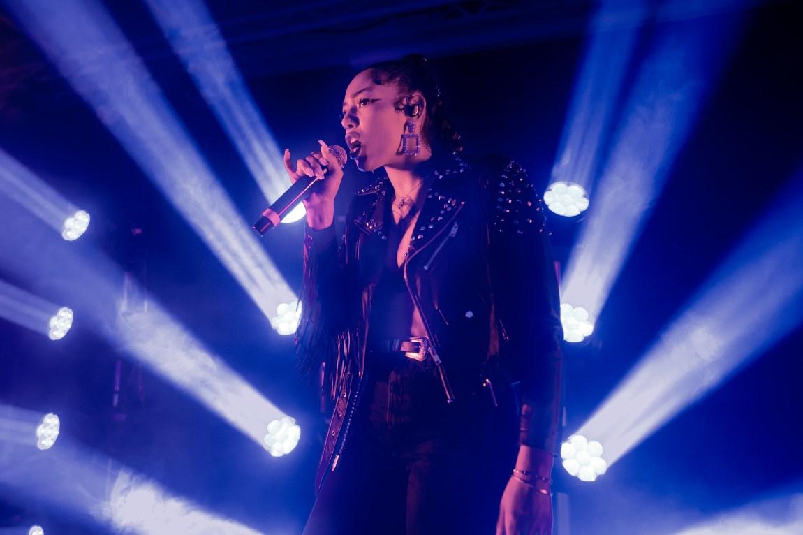 Et bilde av Bianca live på scenen