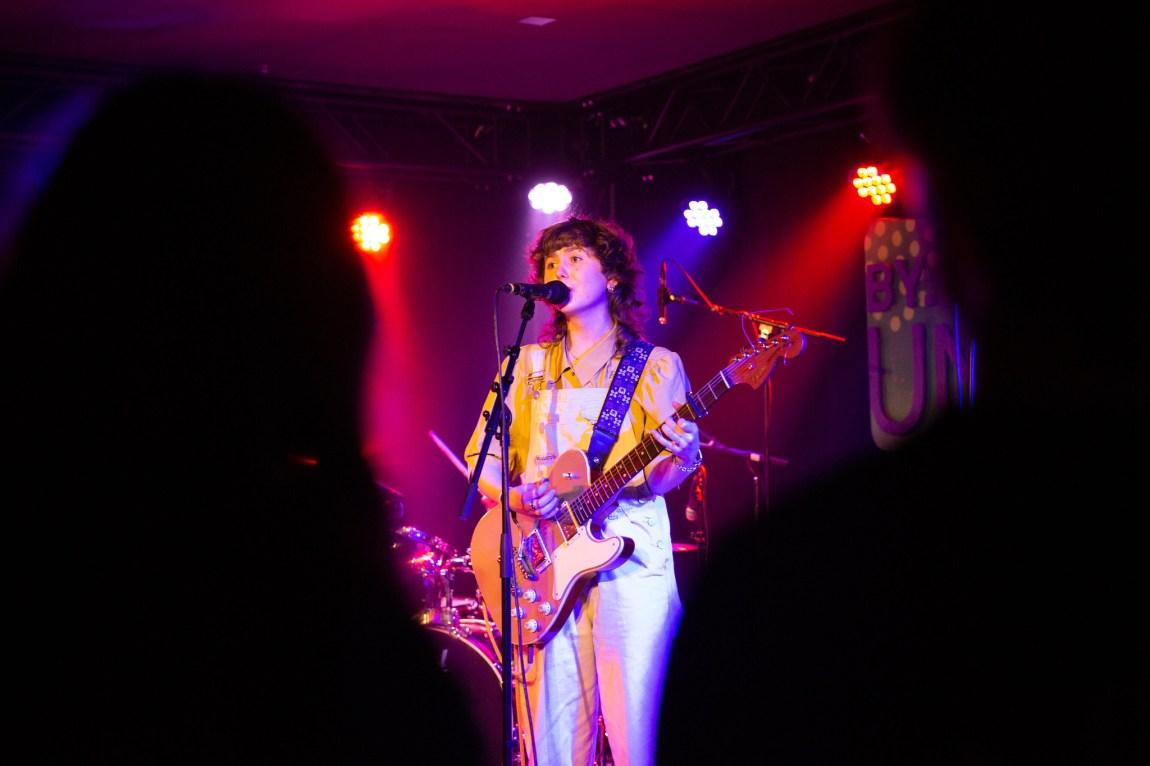 Et bilde av gitarist i Veps på scenen under Bylarm