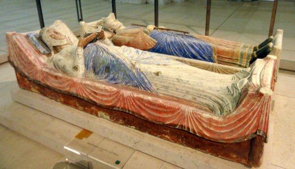 Gisant d'Aliénor d'Aquitaine à l'abbaye de Fontevraud (Henri II à l'arrière-plan)