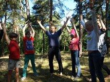 Norbert Krebber (Mitte) animierte die Jeetzeschüler, sich wie Bäume zu empfinden, nach oben zu wachsen und sich über die Füße fest mit der Erde verwurzelt zu fühlen.   Foto: Helga Räßler - Volksstimme
