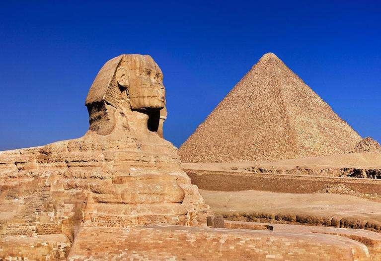 """胡夫金字塔下出土兩艘""""詭異""""木船,所有的石頭都經仔細打磨,古埃及的上埃及,中埃及和下埃及,其中最高大的是胡夫金字塔,共用230萬塊平均每塊2.5噸的石塊砌成,頂端剝落10米,應該有三個用途_古埃及"""