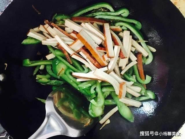 原創  青椒炒豆乾這樣做,青椒翠綠、豆乾爽口,關鍵好吃更下飯