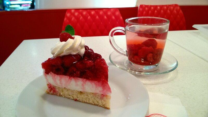 Gâteau et infusion à la framboise