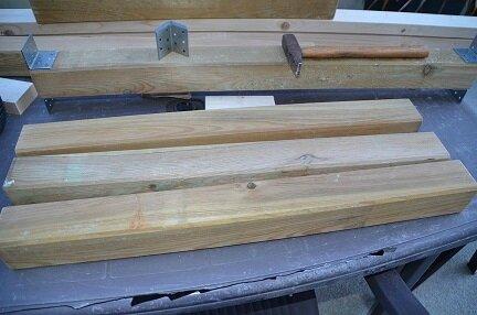 une table de terrasse en bois