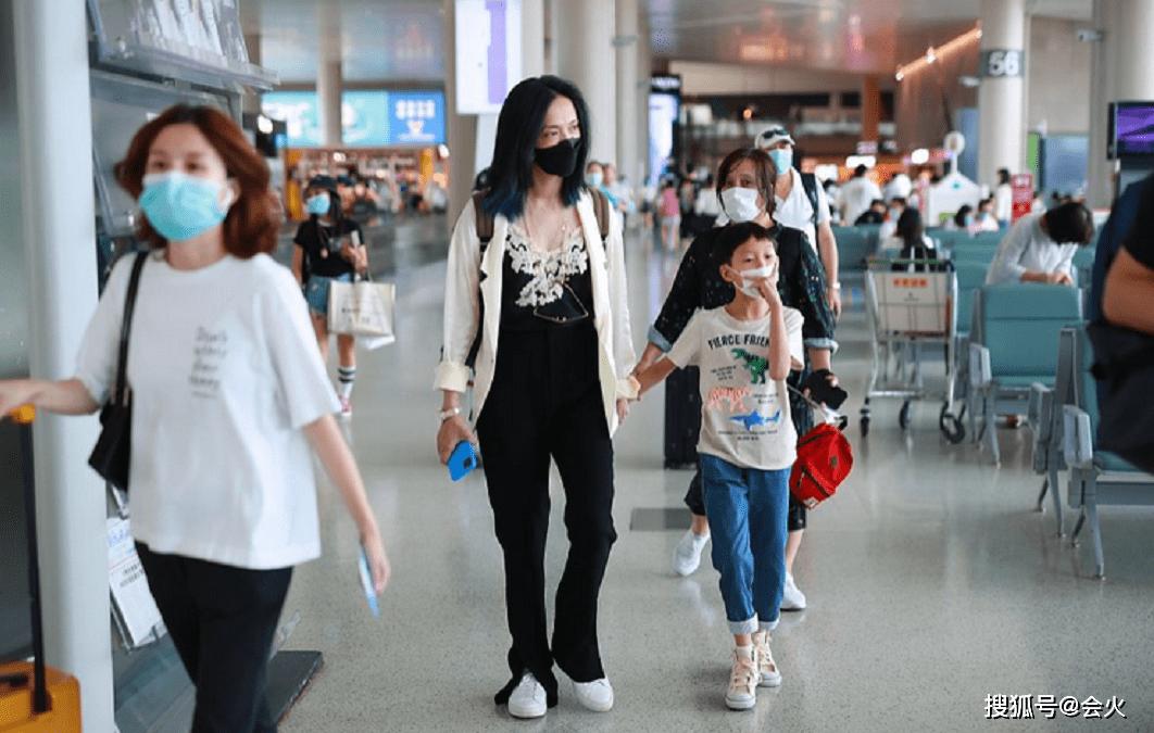 姚晨素顏雙眼無神顯憔悴,7歲兒子已到媽媽肩膀-搜狐大視野-搜狐新聞