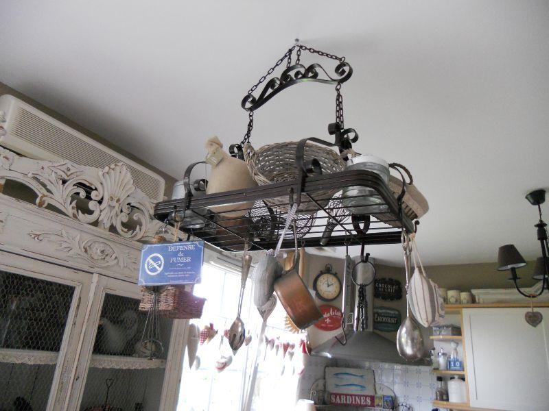 table de cuisine suspendue