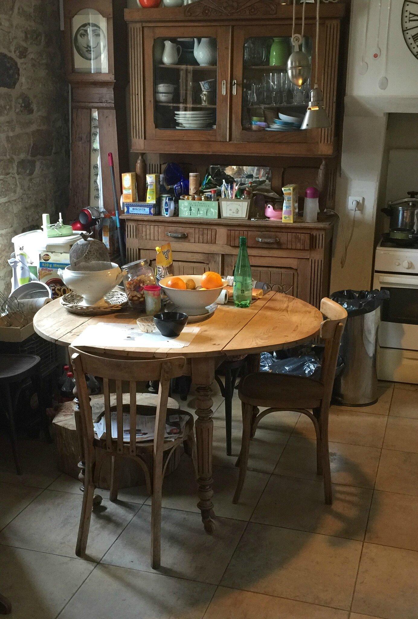 Une table desprit manufacture ou industriel avec des pieds de machine  coudre  Barbatruc et rcup