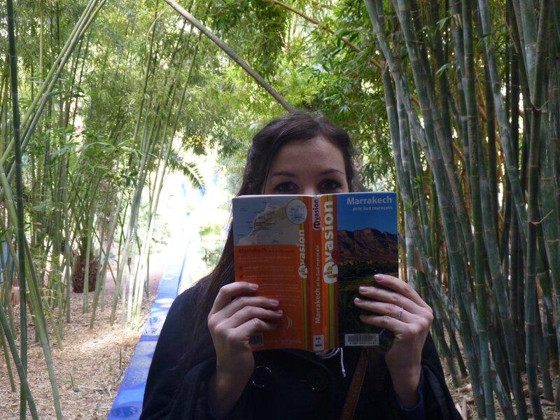Classique de voyage : moi derrière un livre !