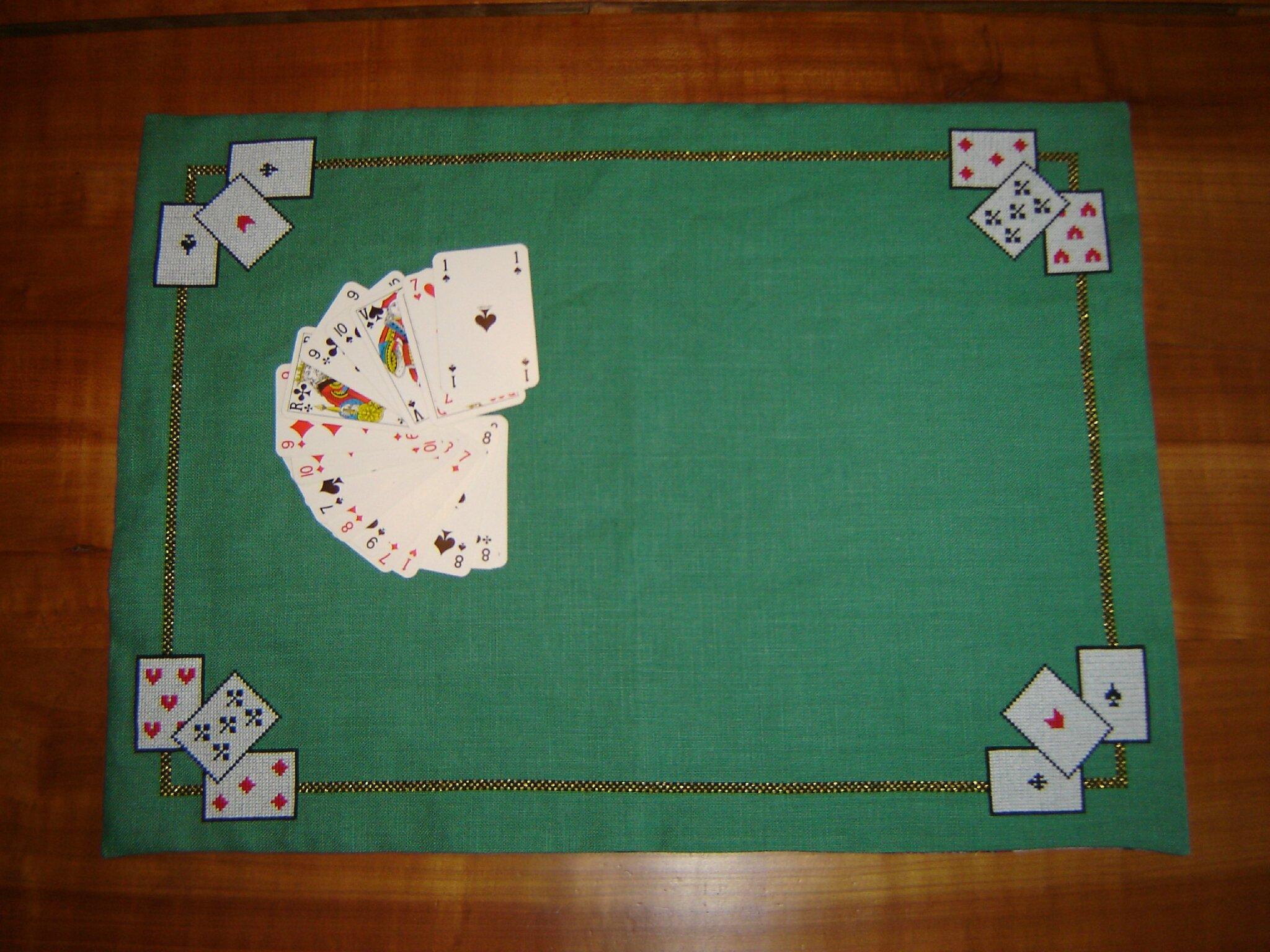 tapis de cartes au point de croix aux