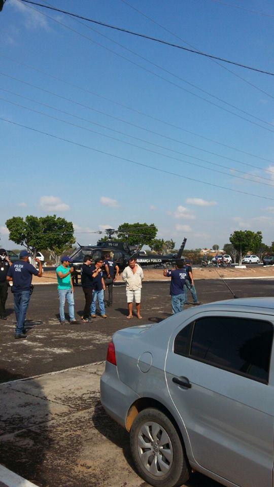 Forças policiais em frente à Delegacia de Polícia de Paulo Afonso - Eles utilizaram um helicóptero para auxiliar nos trabalhos (www.pa4.com.br/radar89.com.br)