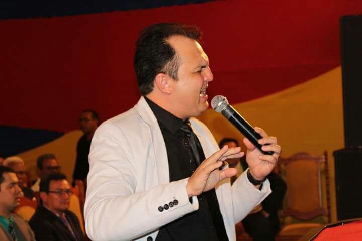 Cantor Emerson Augusto cantou louvores que enalteceram o nome de Jesus (Foto: Carlos Alexandre - www.ozildoalves.com.br)
