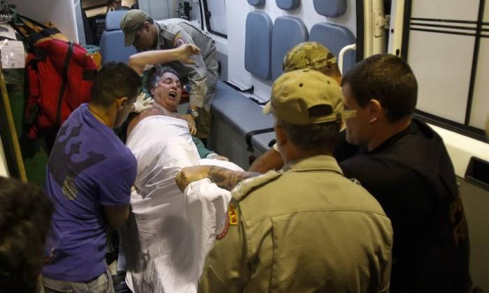 O ex-governador Antony Garotinho é transferido do hospital municipal Souza Aguiar para presídio em Bangu - Alexandre Cassiano / Agência O Globo Leia mais sobre esse assunto em http://oglobo.globo.com/brasil/aos-berros-garotinho-vai-para-complexo-penitenciario-de-bangu-onde-esta-cabral-20485196#ixzz4QKDNBb7z © 1996 - 2016. Todos direitos reservados a Infoglobo Comunicação e Participações S.A. Este material não pode ser publicado, transmitido por broadcast, reescrito ou redistribuído sem autorização.