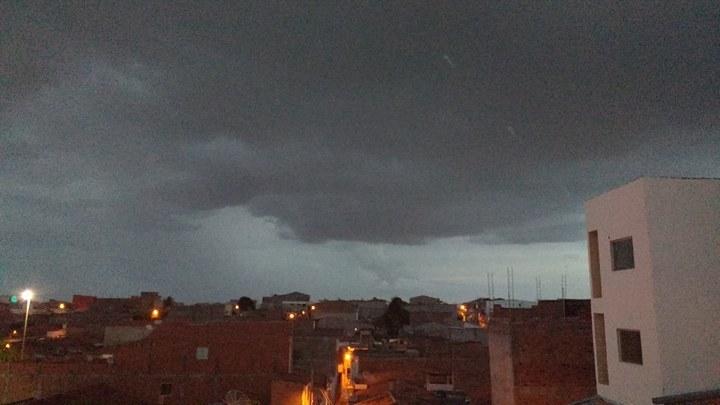 Céu totalmente nublado em Paulo Afonso no final da tarde desse domingo, dia 18 (Foto: PA4.COM.BR)