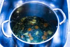 Efter at have kogt i ca 25 min er suppen klar til at blive blendet.