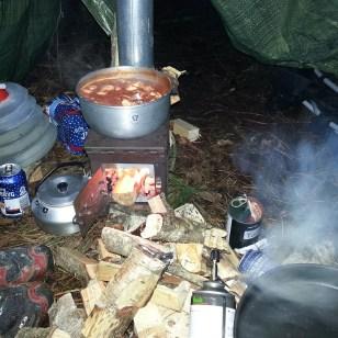 Madlavning. Chili kylling med nudler. Wood stove genial til at holde maden varm på mens nudlerne koger færdig på trangia'en.
